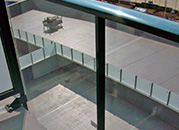 Detalle de barandas de vidrio y aluminio